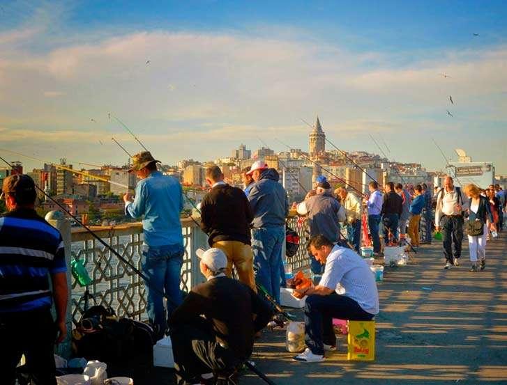 Pescadores en el puente de Gálata